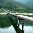 沈下橋を通る車